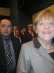 Merkel betritt die Stadthalle.